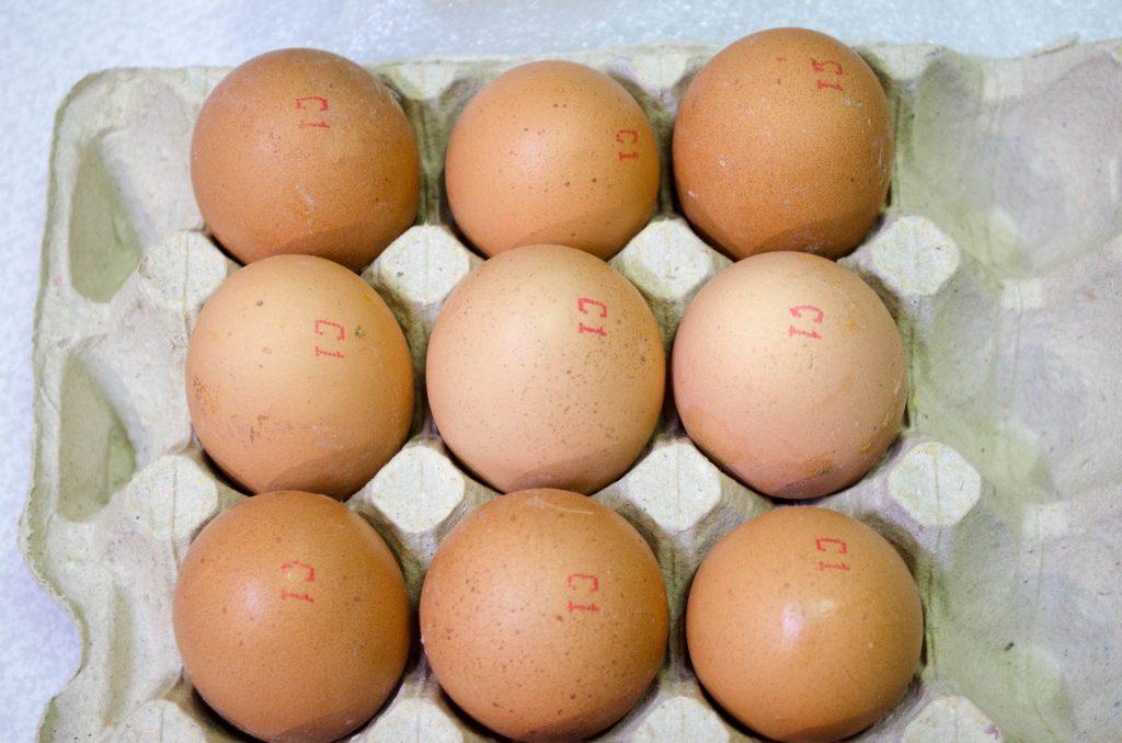 Маркировка куриных яиц в лотках