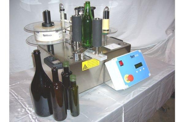 Полуавтоматический аппликатор этикеток для бутылок FX-10 в вертикальном исполнении