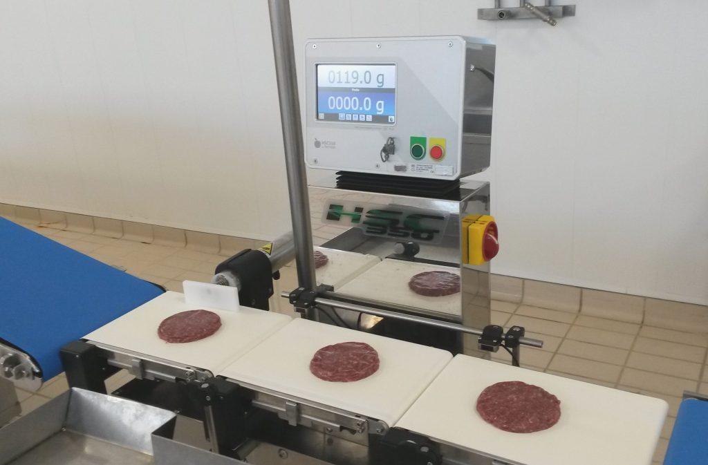 Контроль веса мясных изделий на конвейерных весах