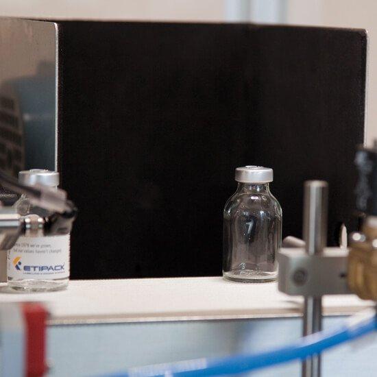 Этикетирование флаконов в фармацевтической промышленности