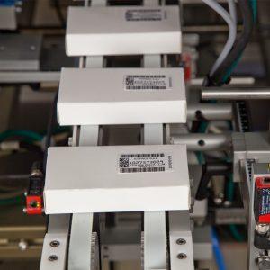 Упаковки медпрепаратов с наклеенными серифными этикетками