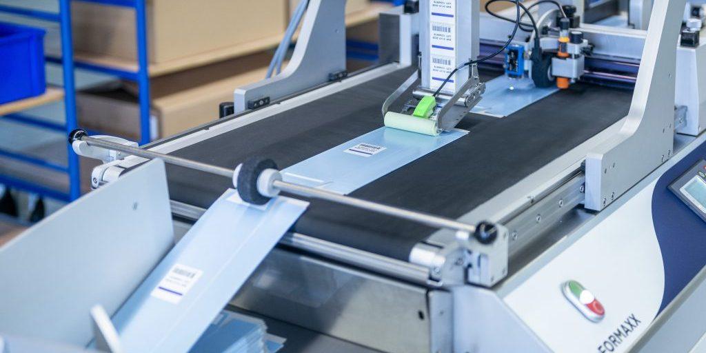 Этикетирование картонных коробок на конвейере udaFORMAXX
