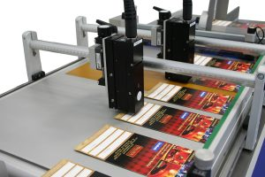 Подача на конвейер и маркировка сложенных картонных коробок