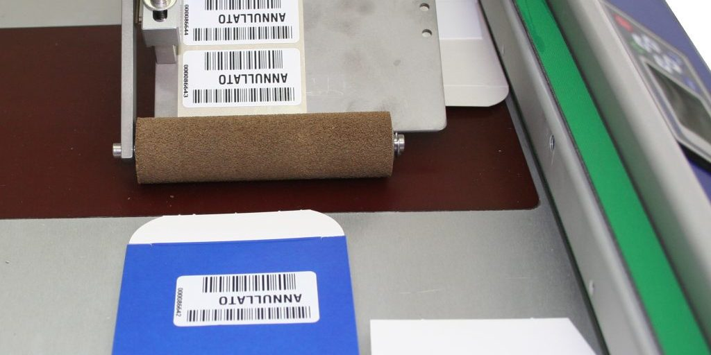Наклеивание этикеток на картонные упаковки